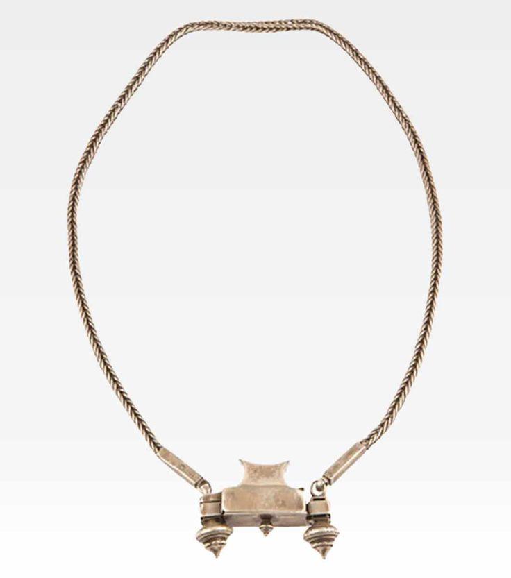 (7000-0018) Bellissima collana indiana in argento. Il semplice girocollo a torchon esalta il pendente, che in realtà è una piccola scatolina porta preghiera. Tipica della gioielleria indiana è la produzione di ciondoli apribili all'interno dei quali vengono inserite delle piccole pergamene con scritti dei mantra.