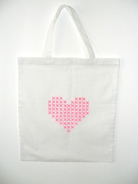 tote bag customiser idée DIY décorer personnaliser sac tissu fait maison coeur graphique points de croix