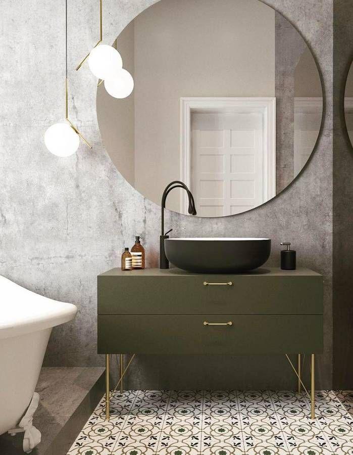 Der runde Spiegel in einem Badezimmer spielt auf den Lautstärken