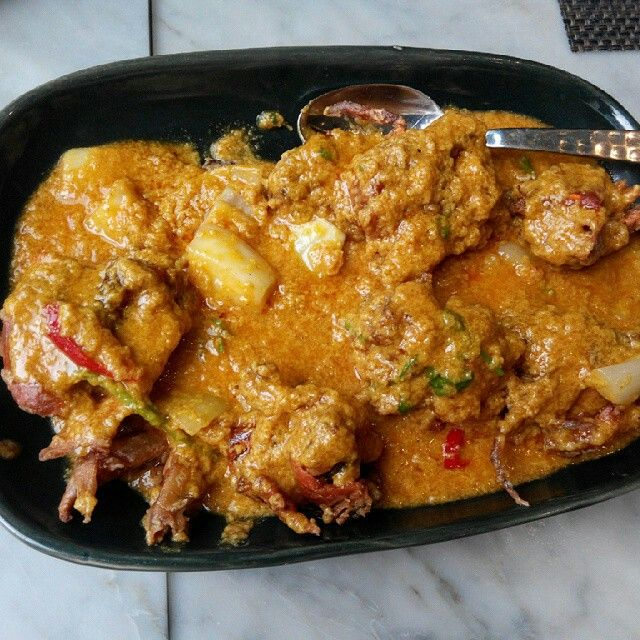 Stir fried soft shell crab with yellow curry.