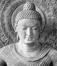 Siddhartha Gautama (Buddha)  Tous les courants bouddhistes le considèrent comme le « bouddha pur et parfait » (samyaksambuddhā)5 de notre ère, qui non seulement a atteint l'éveil, mais est capable de « mettre en branle la roue de la loi » et de propager l'enseignement bouddhiste dans le monde. Son enseignement se transmit oralement pendant trois à quatre siècles avant d'être couché dans les textes du canon pali.