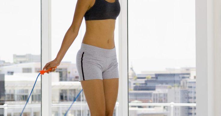 ¿Saltar la cuerda puede adelgazar tus muslos?. Los muslos delgados son una característica muy deseada que puede volver el momento de colocarte un jean una experiencia muy gratificante. Puedes conseguir unas piernas más delgadas saltando la cuerda de forma regular. La constancia ayuda a quemar más calorías y quemar más grasa. Una buena dieta también es importante para tener un físico más ...