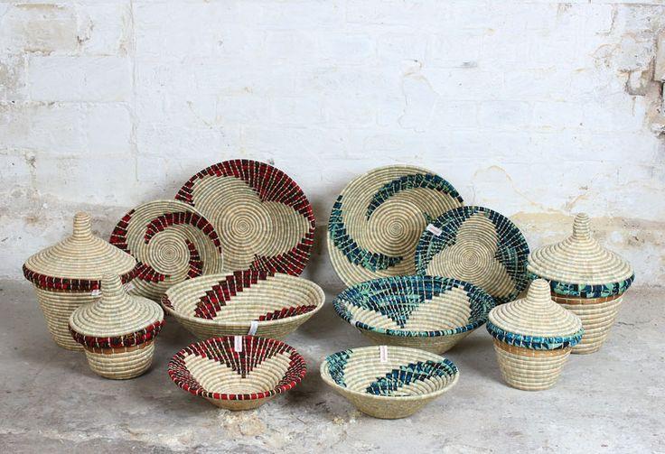 Korgar från Womencraft i Tanzania. Helt Fair Trade. Handgjorda av lokalt odlat gräs, bananstjälkar och livfulla tyger från marknaden.