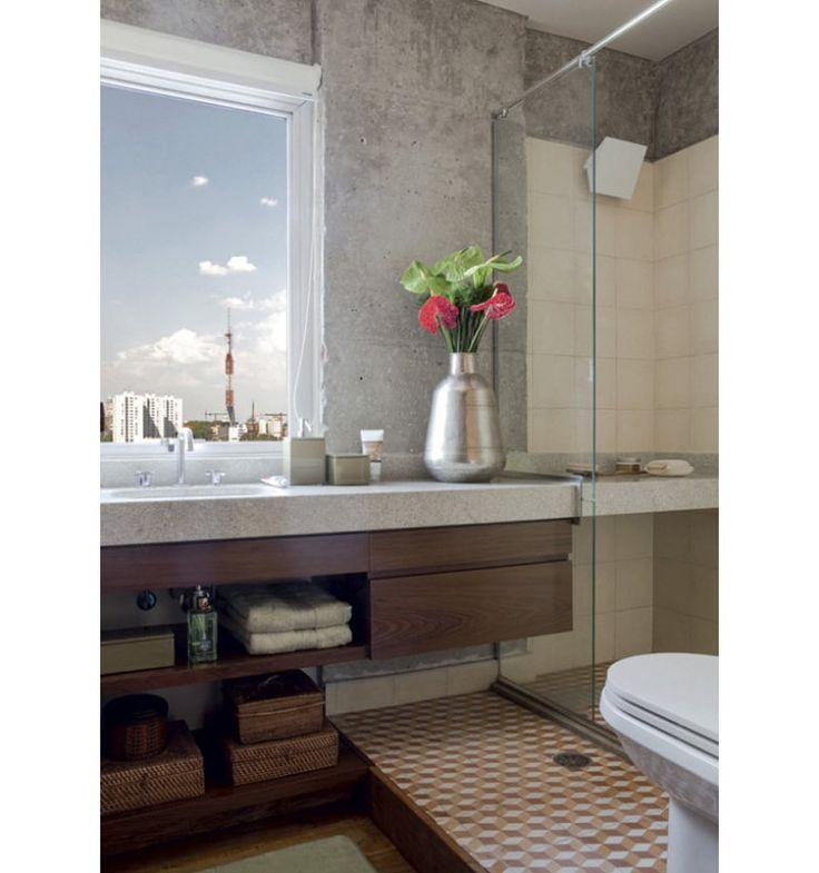 Atrás da pia, onde a maioria dos banheiros tem um espelho, este ambiente oferece uma grande janela voltada para a metrópole