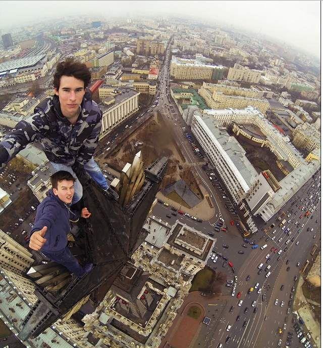 Di Rusia, ada nama Kirill Oreshkin. Dia ini benar-benar bernyali besar saat foto di gedung-gedung tinggi kota Moskow. (istimewa/sbs)