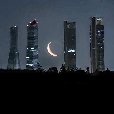 Madrid  y sus Torres con la luna