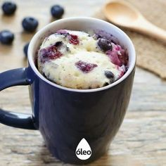 TORTA DE ARÁNDANOS EN TAZA Ingredientes - 4 cdas. de harina leudante. - 2 y ½ cdas de azúcar. - 3 cdas. de leche. - ½ cda. de aceite. - ¼ cda. de esencia de vainilla. - 10 arándanos.  Preparación - Combinar todos los ingredientes (a excepción de los arándanos) en una taza apta para microondas. Mezclar. Agregar arándanos y revolver. - Cocinar en el microondas entre 1-2 minutos. Adicionar de a 15 segundos hasta que esté listo. Dejar enfriar ¡y disfrutar!