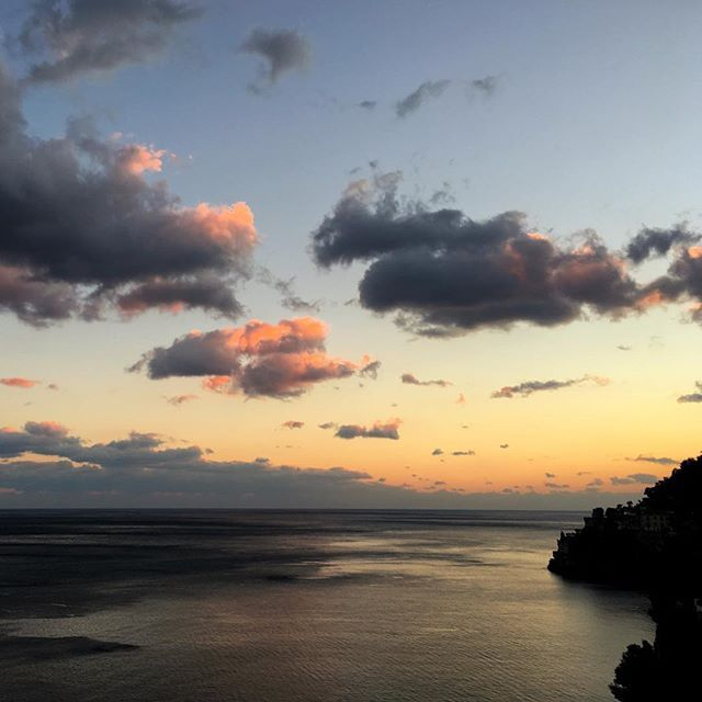 Di fronte a questa meraviglia non puoi non fermarti. ———————————————————————— #divinasecrets #ig_amalficoast #yallersworld #yallersitalia #yallerscampania #bellezzedellacostiera #pocket_italy #vivosalerno #lacittadisalerno  #tramonto #sunset #amalficoast #costieraamalfitana #lovesunitedamalficoast #salernopuntoit #salernopuntoit_campania #discoveramalficoast #destination_amalficoast