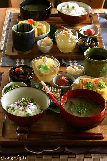 こちらもお盆を使ったコーディネートです。栄養バランスも配膳のバランスも綺麗ですよね。ちなみに梅干しやらっきょうなどの漬物類は副々菜には含まれません。