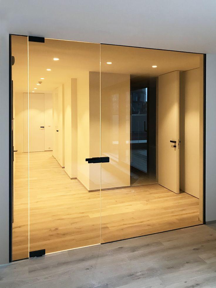 Skryté zárubně a skleněné dveře Dorsis v kombinaci s kouřovou skleněnou stěnou.