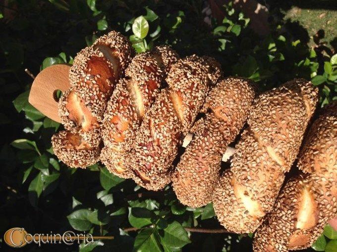 Simit - Nazione che vai pane che trovi. Lena56 ci fa conoscere il Simit, un pane turco aromatizzato con sapa e sesamo. Il risultato? Una sorta di panini leggeri e gustosi.   Per saperne di più andate su: http://www.coquinaria.it/scheda-ricetta-coquinaria/?ricetta=1312