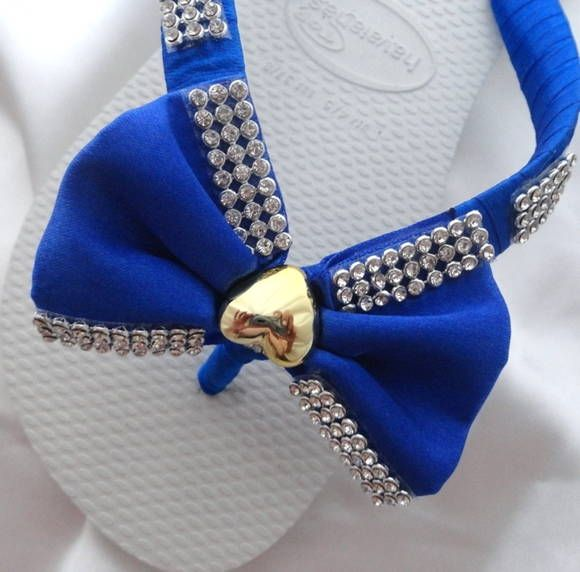 Havaiana Top Branca, bordada com laço, fita cetim azul anil e um coração dourado. R$ 48,00
