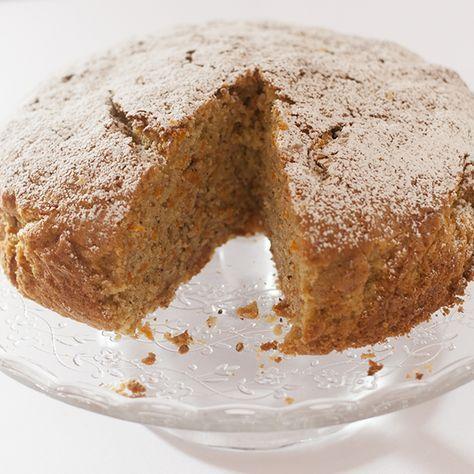 Una torta di carote con noci e cannella, senza burro, ma con tutto il gusto che si può chiedere ad una torta.