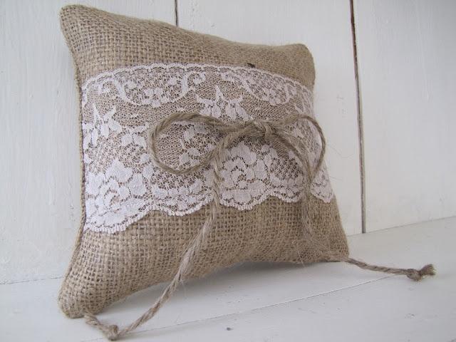 Burlap and lace cushion. Mega cute!
