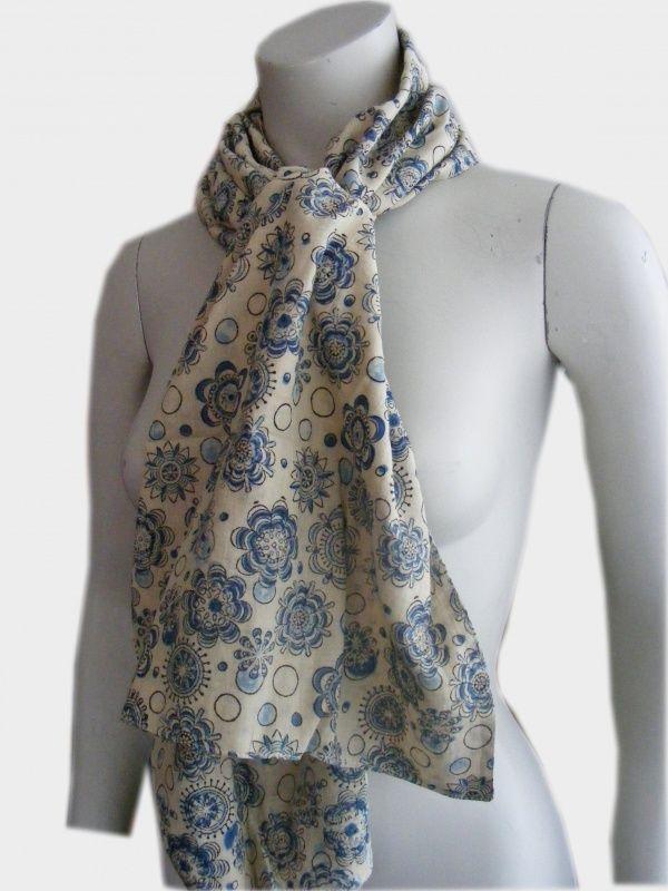 De sjaal Kalamkari is Fairtrade met de hand gemaakt. De sjaal is te dragen aan twee kanten door een crème met blauw en crème met oranje zijde. De Indiase tekeningen van bloemen zijn een prachtig details op katoenen sjaal.