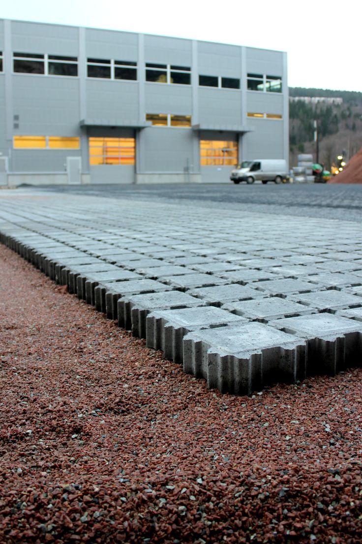 Aaltvedt Priora Øko levert til Utleiesenteret i Drammen. Et permeabelt dekke for god håndtering av overvann. http://www.aaltvedt.no/produkter/prosjektstein/permeabel-belegning