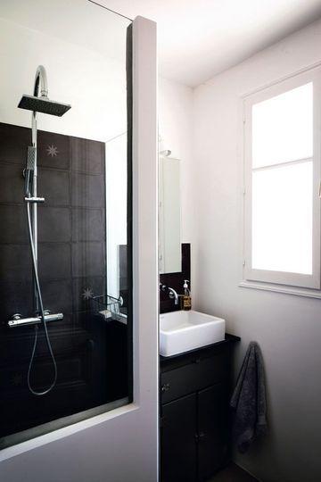 Une douche à l'italienne dans une petite salle de bains