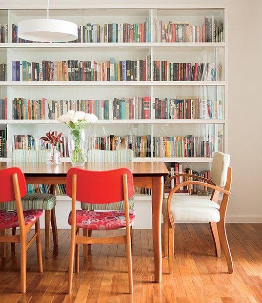 Livros não têm de ficar escondidos. Logo, a arquiteta  Mariana Viegas criou a estante com portas de vidro para a sala de jantar. O ambiente ficou bonito e multiuso