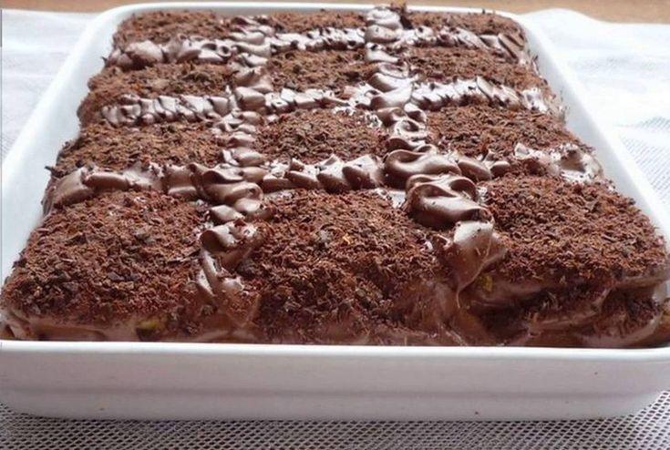 Ingrediente: 500 g de biscuiţi 1 pahar de zahăr 4 ouă 1 lingură de cacao 250 g de unt 1 linguriţăde zahăr vanilat Mod de preparare: 1.Pentru cremă: Ouăle se bat cu cacao, zahăr şi zahăr vanilat. Se pune pe baia de aburi şi se amestecă până se îngroaşă. Se lasă să se răcească, apoi …