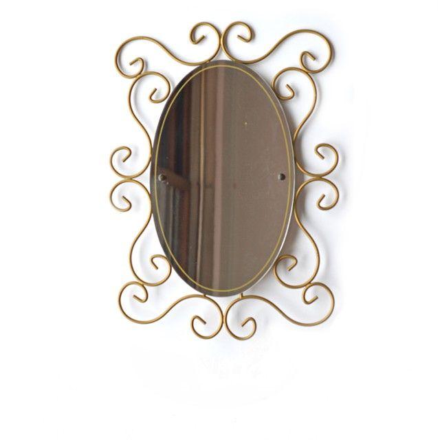<p>Grand miroir ovale avec tour en fer forgé doré vintage, miroir légèrement piqué, mode de fixation à l'arrière, état d'usage. Pour commencer une collection ou en compléter une autre, décorer votre entrée ou le mur de votre chambre. On aime son grand format généreux et les arabescques du contour.</p>