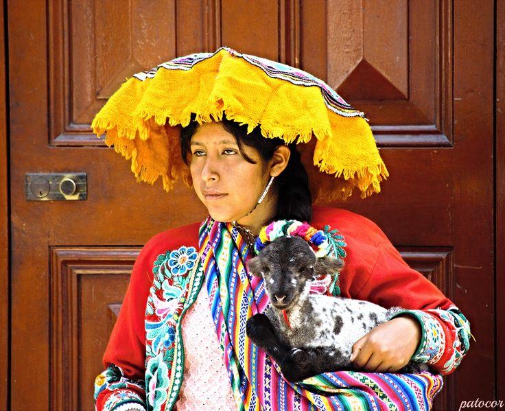 https://flic.kr/p/NDoCfS | Tacna012 | Hermosa Joven con traje Típico Peruano de la Sierra, Conjunto de blusa y/o chaqueta de manga larga más pollera de amplio volumen y largo mediano; complementado por un manto alrededor del pecho, sobre los hombros o a modo de velo;  y un sombrero que cumple funciones decorativas antes que protectoras. Av. Bolognesi, Ciudad de Tacna, Perú.