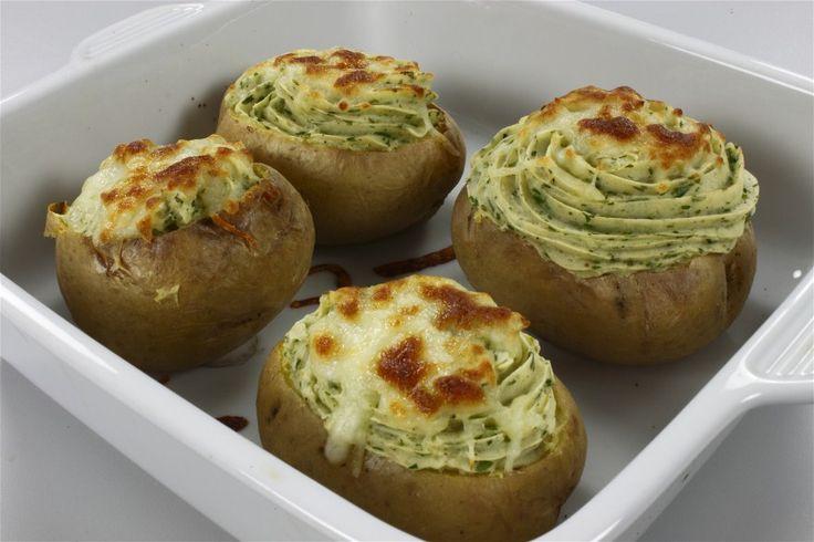 Kartoflerne skrubbes godt og lægges i et fad. Fadet stilles på en rist midt i ovnen ved 200 grader C. alm. ovn i en time. <BR> <BR> Fadet tages ud af ovnen, og kartoflerne afkøles, til de er til a
