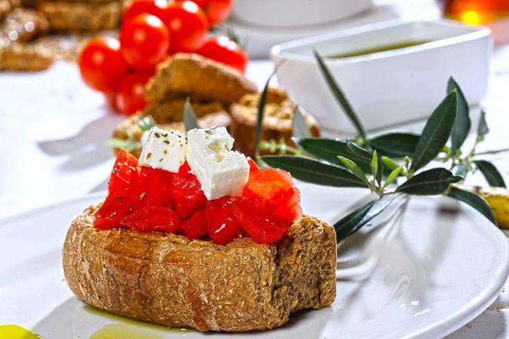 Ο Ντάκος (αλλιώς γνωστός και σαν κουκουβάγια ή λαντουριστό) ένα παραδοσιακό κρητικό πιάτο. Βασίζεται στο κρητικό παξιμάδι, συνήθως κριθαρένιο. Το Π.Γ.Ε. Κρητικό Παξιμάδι κατακτά σήμερα την Ελληνική και Ευρωπαϊκή αγορά λόγω της άριστης ποιότητάς του, λόγω των αγνών φυσικών υλικών που χρησιμοποιούνται για την παρασκευή του, αλλά κυρίως λόγω της υψηλής διατροφικής του αξίας.