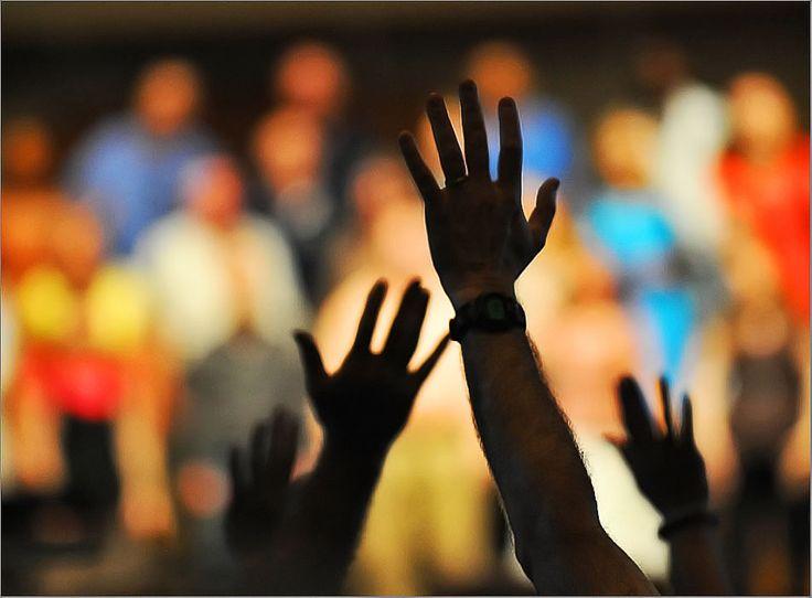 encomiar: Verbo transitivo. Alabar con encarecimiento a alguien o algo. www.unapalabraldia.com.es