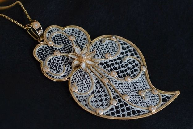 Handmade jewelry, bobbin lace, Peniche, Portugal (Joias feitas à mão com rendas de bilros de Peniche)