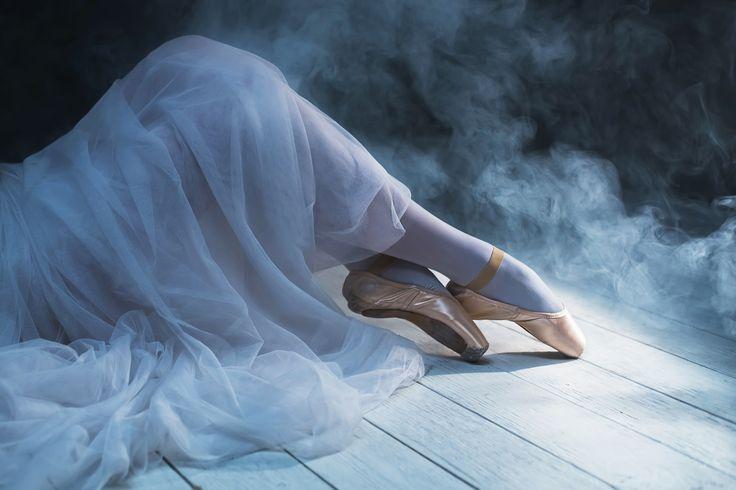 The feet of sitting ballerina in the smoke by Olga Zarytska on 500px