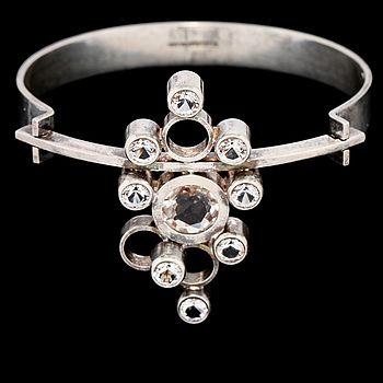 ARMRING, sterlingsilver med 9 fasettslipade bergkristaller, Kupittaan Kulta, Finland. Vikt 32 g. | Bukowskis Market
