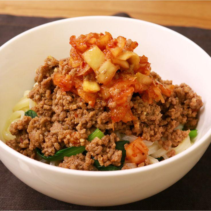 「簡単!小松菜とひき肉キムチうどん」の作り方を簡単で分かりやすい料理動画で紹介しています。簡単!ピリ辛! 冷凍うどんを使用し、短い時間で調理可能です。 洗い物も少なく、ランチにも、夜食にもぴったりな一品です。 小松菜とうどんを一緒に茹でているので、鍋も1つで済み、簡単に誰でも作れます! ぜひお試しください。