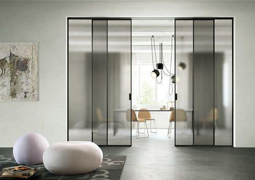 Porta scorrevole / in alluminio / vetrata DELINEO PROFILO NERO CRISTALLO GRIGIO SATINATO FerreroLegno