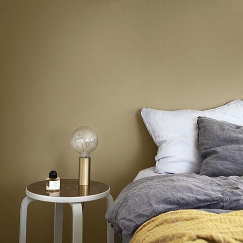 Dempede okertoner oppleves som elegante og rolige i forhold til skarpe gule farger. LADY 1864 Anonymous er en dempet, litt skittengul okertone som har noe grønnlig over seg.  Sammen med grått og sort hever den et minimalistisk interiør. Gir en litt eksklusiv lounge følelse når den kombineres med mørkere farger. Vakrest blir den hvis du bruker den supermatte LADY Pure Color. #ladyanonymous #jotunlady #jotun #ladypurecolor #maling #interiør #interior #inspirasjon #farger #soverom