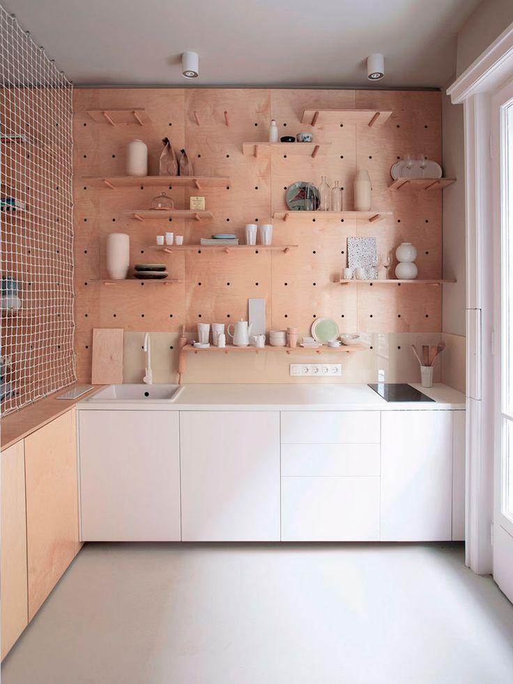 Decoração de apartamento pequeno, mini apartamento, com pegboard, decoração com madeira e branco na cozinha.