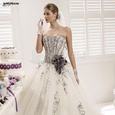 http://www.lemienozze.it/operatori-matrimonio/vestiti_da_sposa/atelier-fausto-sari/media/foto/8 Abito da sposa con dettagli in nero e grigio.