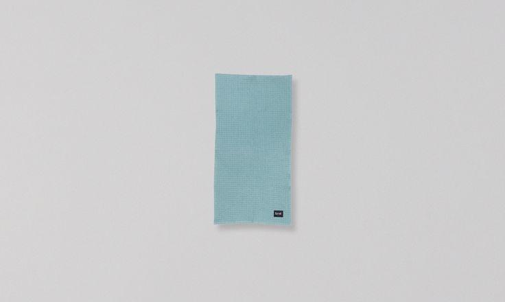 Dieses Handtuch ist zu 100% aus ökologischer Baumwolle hergestellt. Das finden wir sehr beruhigend - da kannst du dich schön trocken rubbeln, ohne ein schlechtes Gewissen haben zu müssen! Du findest hier im Shop auch das passende  Badetuch ! Maße: 50cm x 100cm Farbe: Dusty Blue Material: 100% ökologische Baumwolle Pflege: 40° Wäsche. Einlaufen 10 %. Schonendes Waschmittel benutzen. Mit ähnlichen Farben waschen.