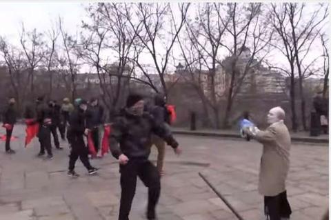 Νεοναζί με την βοήθεια της αστυνομίας χτυπούν παππούδες και γιαγιάδες κομμουνιστές στο Κίεβο