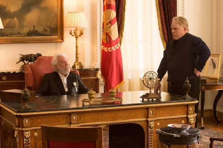 Die Tribute von Panem - Catching Fire Präsident Snow (Donald Sutherland) und Plutarch Heavensbee (PHilip Seymore Hoffman)