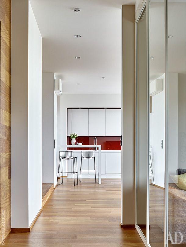 Вид из спальни на кухню. Слева вход в постирочную, отделанный бразильским тиком. Металлические барные стулья, Mass Production.