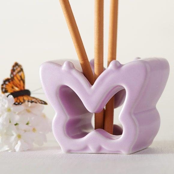 SmartScents Halter Lila Schmetterling von PartyLite,  Details: Halter aus glasiertem Porzellan für bis zu 5 Duftsticks. H: 6 cm. Duftformen: SmartScents Dekorative Duftsticks.