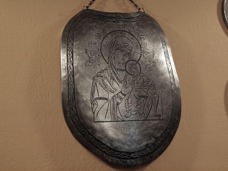 Pracownia Artystyczna LORICA. RYNGRAF - POLISH GORGET - RYNGRAF POLSKI z wizerunkiem, ikoną patronki żołnierzy Matką Boską Nieustającej Pomocy. Ryngraf stalowy, repusowany, grawerowany,trawiony.