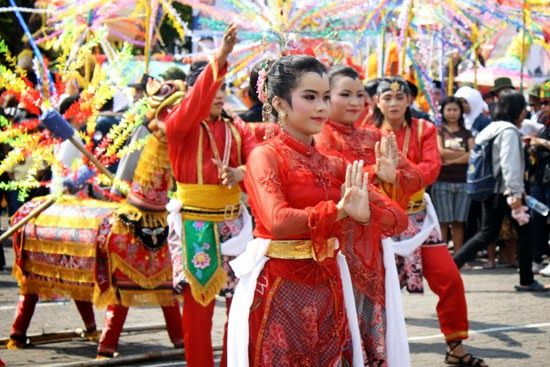 The theme of this year Dugderan, diversity within diversity. There are two events in two days. First, Carnival will be held at 06:00 involves kindergarten, elementary, MI, SMP, and Mts the number of participants in the Field 6906 Simpang Lima to enliven Car Free Day.
