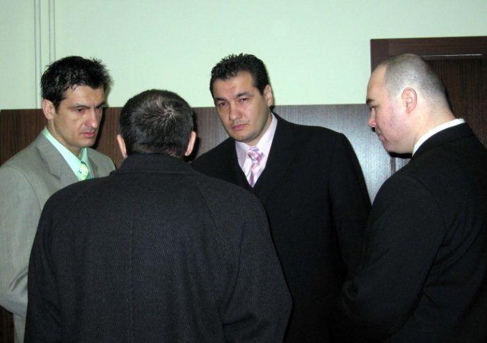 A rendőrség a vizsgálati fogságban lévő Nagy Zsoltot, alias Csontit gyanúsítjaa 2008-ban eltűnt, majd 2011-ben halottnak nyilvánított Raisz Csaba és Raisz Szilárd meggyilkolásával – erősítette meg a hírt Martin Wäldl, a szlovák Országos Rendőr-főkapitányság szóvivője a parameter.sk-nak. A dunaszerdahelyi mészárlással összefüggésbe hozott testvérpárnak azért kellett meghalnia, mert alkukötés reményében vallottakvolna a tömeggyilkosság megrendelőjére, Sátor Lajosra. …