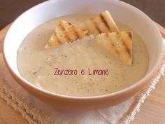 La vellutata di patate e cipolle è un primo piatto particolarmente indicato per l'autunno e l'inverno. Una crema delicata, ottima con crostini croccanti.