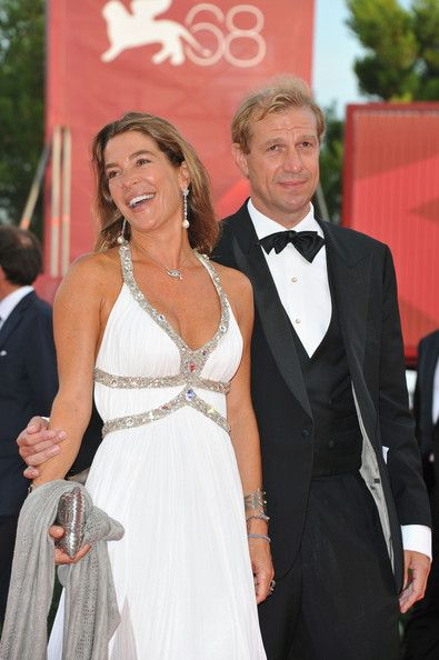 Fiona Swarovski completed her look with a pair of dangling pearl earrings at 'The Ides Of March' premiere.