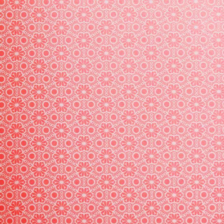 Tapet fra kollektionen Rice. Sød tapet i Pink/ rød nuancer med små blomstret motiv. Liver op med den rette belysning. Tapeten er i non woven kvalitet hvilket betyder at tapetklister påføres væggen og tapet sættes op i tør tilstand. Nemmere bliver det ikke at sætte tapet op. Mål: B 0,52 x L. 10,0 m Mønsterrapport: 4,9...