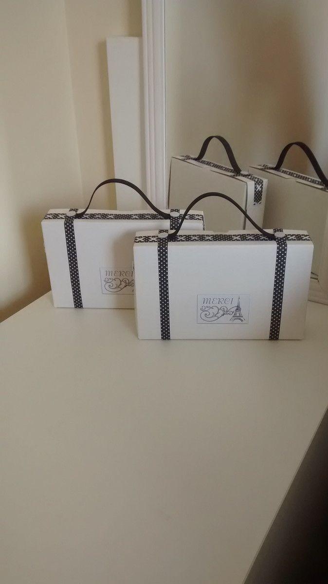 Caixinha de papelão decorada em forma de mala de viagem. Festa com o tema Paris.