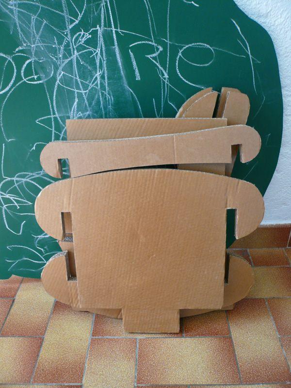 Bien sûr, il pourrait être en bois, mais en carton pourquoi pas ! c'est léger, solide et on peut le personnaliser avec de la peinture, des collages ou des feutres.
