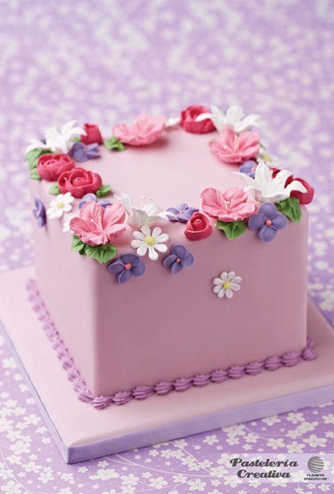 Pastel con flores de glaseado